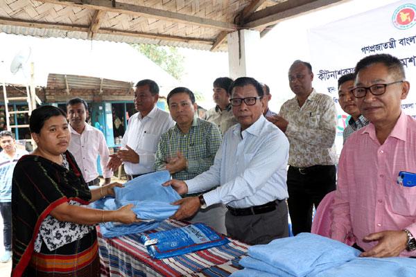 জাতীয় ম্যালেরিয়া নির্মূল কর্মসূচির আওতায় :: রাঙ্গামাটির মগবান ইউনিয়নে কীটনাশকযুক্ত মশারি বিতরণ