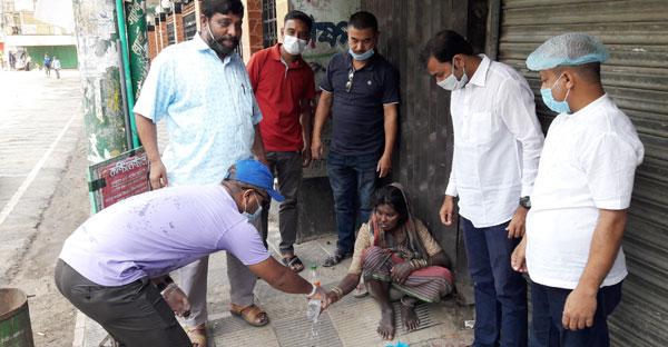 বান্দরবানে গরিব অসহায় ও ভিক্ষুকদের পাশে দাড়ালো সাংবাদিকরা