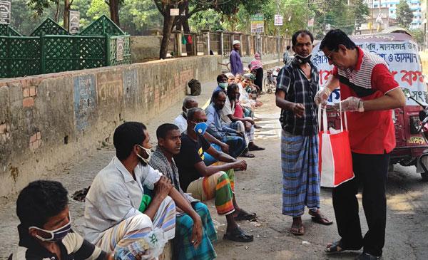 চট্টগ্রাম নগরীতে ৩'শ ভিখারীর মাঝে রান্না করা খাবার তুলে দিল ইকো