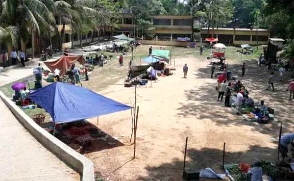 করোনা বিস্তার ঠেকাতে সামাজিক দূরত্ব নিশ্চিতে রাঙ্গামাটির আলফেসানী স্কুল মাঠের বাজার জমে উঠেছে