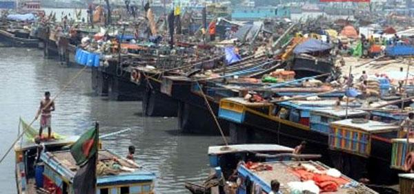 নিরাপদ আশ্রয়ে মাছ ধরার ট্রলার : ঘূর্ণিঝড় আম্পান মোকাবেলায় চট্টগ্রামে চলছে প্রস্তুতি