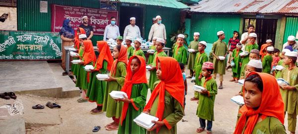 বান্দরবানের নাইক্ষ্যংছড়িতে বিজিবির উদ্যোগে শিক্ষক ও শিক্ষার্থীদের মাঝে ইফতার সামগ্রী বিতরণ