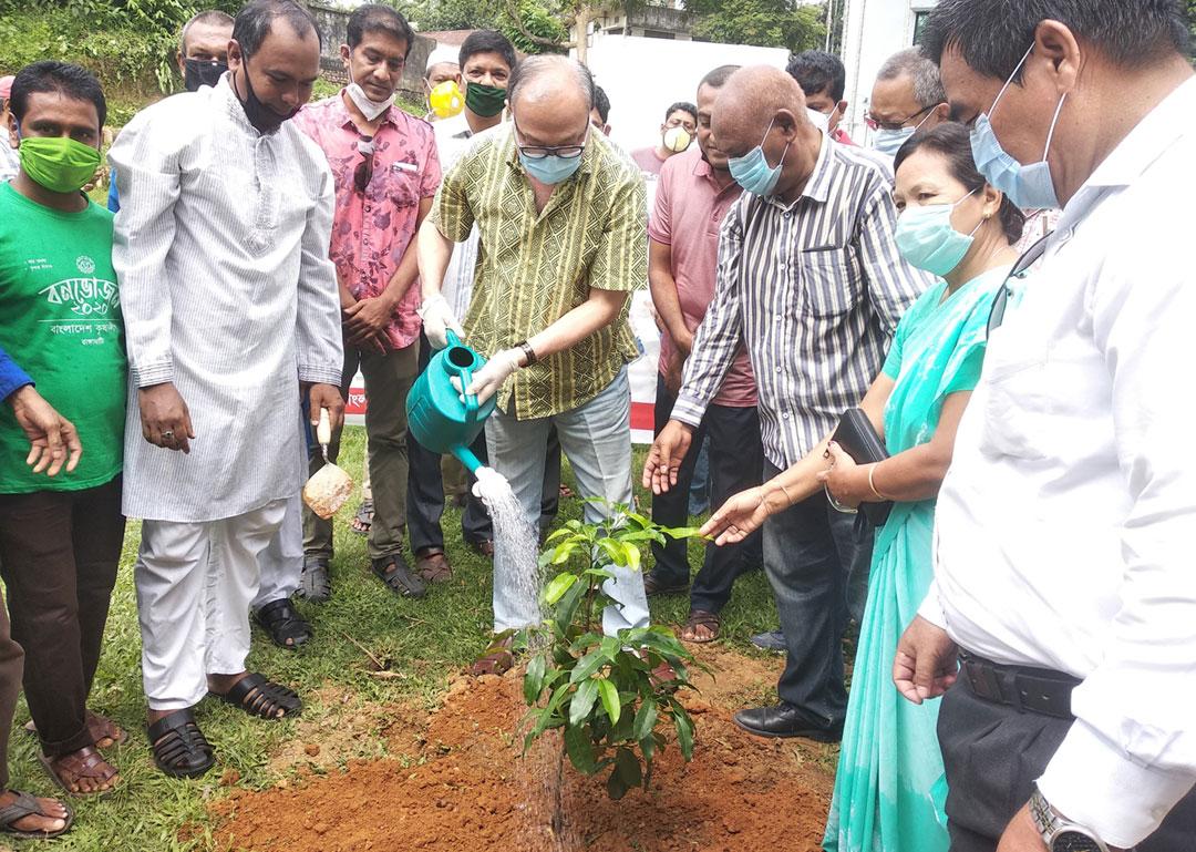 রাঙ্গামাটিতে কৃষকলীগের বৃক্ষ রোপন কর্মসূচীর উদ্বাধন : নির্মল বাতাস দীর্ঘায়ু করতে পারে মানুষকে---দীপংকর তালুকদার এমপি