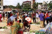 বান্দরবানে প্রথম বাজারেই উপচে পড়া ভীড় সামাজিক দূরত্ব না মেনেই বেচা কেনায় ব্যস্ত