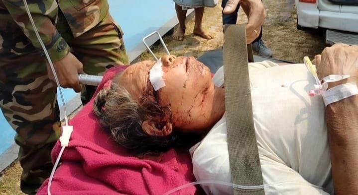 """ভাল্লুকের কামড়ে আহত একজন উপজাতি বৃদ্ধকে সেনাবাহিনী ও বিমানবাহিনীর যৌথ উদ্যোগে হেলিকপ্টারযোগে চট্টগ্রাম মেডিকেল কলেজ হাঁসপাতালে আনয়ন"""""""